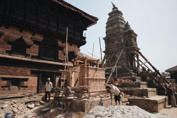 """Un an jour pour jour après le séisme, le Népal peine à se reconstruire. Copie d'écran de """"Channel News Asia"""", le 25 avril 2016."""