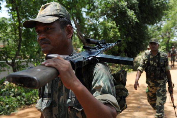 Des soldats indiens appartenant à une milice paramilitaire se dirigent vers des villages du district de Midnapour en proie à des violences entre forces de l'ordre et insurgés maoïste, le 18 juin 2009, à l'ouest de Kolkata, au Bengale-Occidental en Inde. (Crédit : Deshakalyan Chowdhury/AFP)