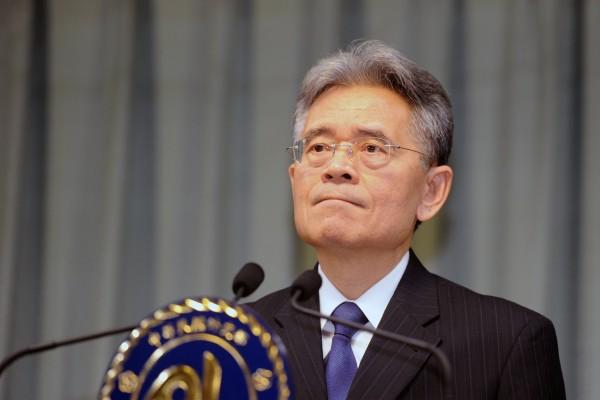 Simon Ko, le vice ministre taïwanais des affaires étrangères s'exprime lors d'une conférence de presse le 15 novembre 2013 à la suite de l'annonce surprise de la Gambie de rompre ses relations diplomatiques avec l'île.