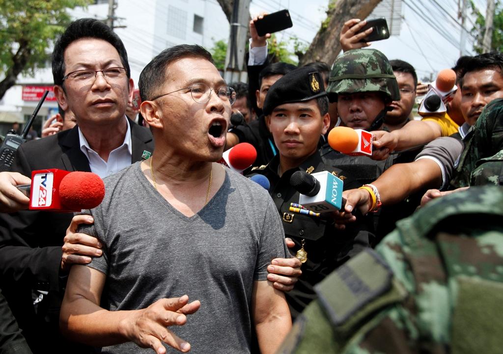 L'une des figures du Pheu Thai, l'ancien député Watana Muangsook lors de son arrestation par les militaires pour avoir contesté le nouveau projet de Constitution, à Bangkok le 18 avril 2016. Il a finalement été libéré sous caution par la Cour militaire thaïlandaise jeudi 21 avril