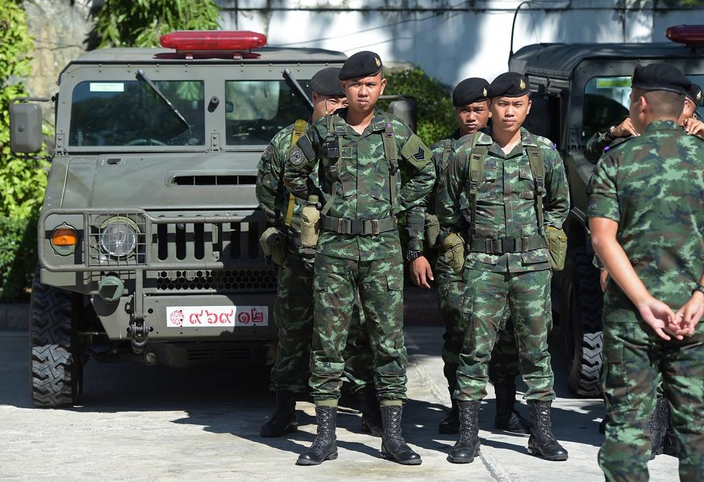 Des soldats thaïlandais surveillent le Conseil national de la Réforme (National Reform Council - NRC)