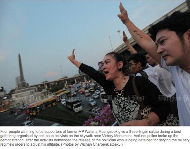 """Un petit groupe de militants s'est mobilisé à Bangkok contre l'arrestation de l'ancien député du Pheu Thai Watana Muangsook. Quatre militants ont été arrêtés puis relaxés par la junte lors de la mobilisation de mardi 19 avril. Watana est toujours détenu. Copie d'écran du """"Bangkok Post"""", le 20 avril 2016."""