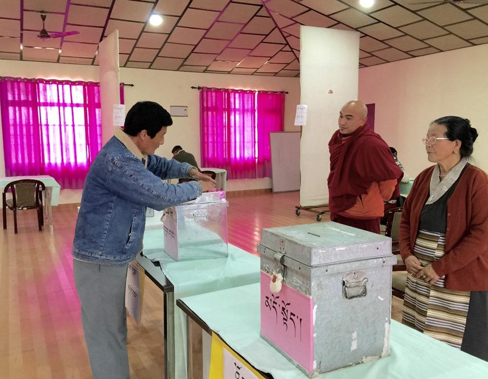 Lors des élections législatives du gouvernement tibétain en exil à Dharamsala le 20 mars 2016.