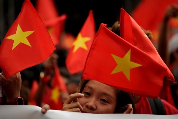 Drapeaux vietnamiens agités lors d'une marche de protestation devant le consulat de Chine à Manille le 25 février 2016