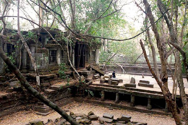 Sur la route de 100 kilomètres reliant le Preah Khan de Kompong Svay à Angkor, le temple de Beng Mealea, construit sous le règne de Suryavarman II entre 1112 et 1152.