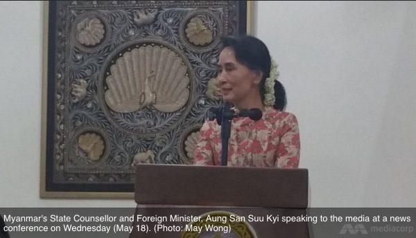 Aung San Suu Kyi, la conseillère d'Etat et ministre birmane des Affaires étrangères s'adresse aux médias lors d'une conférence le mercredi 18 mai. Copie d'écran du Channel News Asia, le 18 mai 2016.
