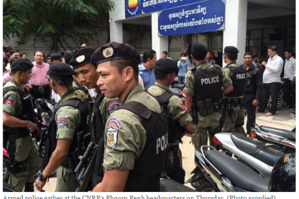 """Des policiers armés sont rassemblés devant le siège du CNRP à Phnom Penh jeudi 26 mai. Copie d'écran du """"Cambodia Daily"""", le 27 mai 2016."""