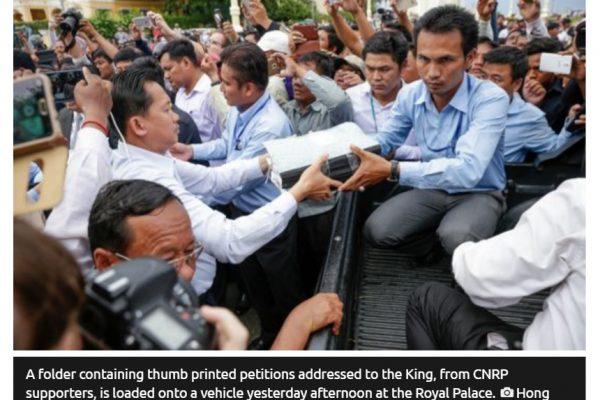 """Des députés de l'opposition cambodgienne (CNRP) se sont rendus au Palais royal pour déposer des pétitions dénonçant les intimidations du gouvernement à leur encontre. Copie d'écran de """"Phnom Pehn"""", le 31 mai 2016."""