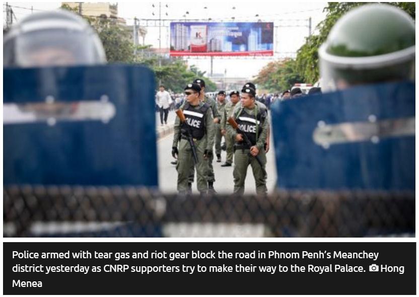 """La police, équipée de bombes lacrymogènes et de tenues anti-émeute, bloque la route qui mène au Palais royal. Copie d'écran du """"Phnom Penh Post"""", le 31 mai 2016."""