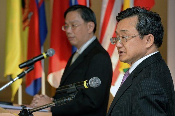 Liu Zhenmin, vice-ministre chinois des Affaires étrangères, en conférence de presse avec Chee Wee kiong, secrétaire permanent aux Affaires étrangères de Singapour après le 22ème sommet Chine-ASEAN de consultations des hauts responsables à Singapour le 28 avril 2016.