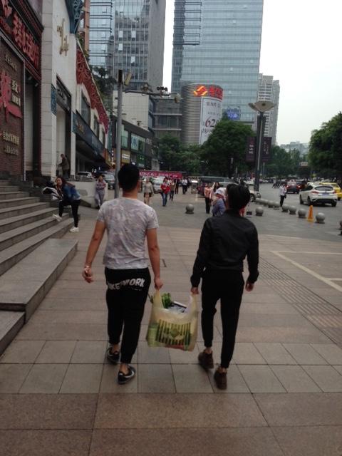 Un couple gay dans les rues de Chongqing, en avril 2016.