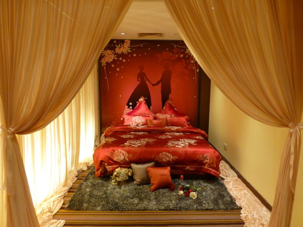 """Chambre nuptiale rouge, couleur de l'amour, dans un hôtel """"spécial jeunes mariés"""" de Suzhou"""