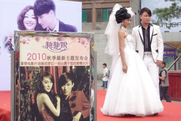 Faire rêver et impressionner famille et entourage, c'est l'objectif des agences de mariage chinoises qui organisent défilés et événements afin de proposer leurs prestations. Ici à Xian, en 2010.