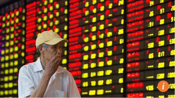"""Un investisseur suit les mouvement de stock à la salle des marchés de Nankin, la capitale de la province du Jiangsu. Copie d'écran du """"South China Morning Post"""", le 18 mai 2016."""