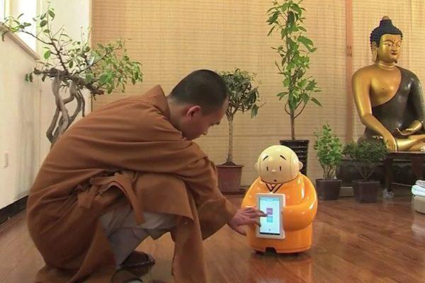 """Dans la banlieue de Pékin, Xian'er le robot-moine diffuse la voix du bouddhisme. Copie d'écran du """"Straits Times"""", le 22 avril 2016."""