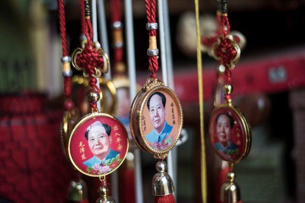 Pendentifs présentant le portrait de Mao Zedong en vente à Pékin le 16 mai 2016.