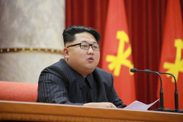 Derrière Kim Jong-un, le drapeau rouge du Parti des travailleurs. Aux traditionnels marteau et faucille du communisme, le fondateur de la Corée du Nord, Kim Il-sung, a ajouté le pinceau, symbole tout confucéen de l'importance des lettres et de la culture.