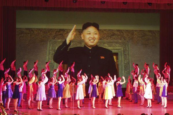 Jeu de propagande en Corée du Nord sous le portrait géant de Kim Jong-un, en 2015.