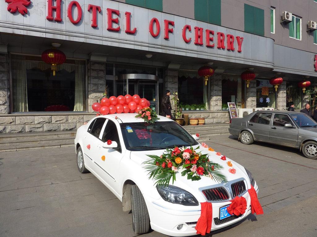 Partout, même dans les villages, ici dans une petite ville de la province du Liaoning, la voiture pavoisée et rutilante est un must incontournable.