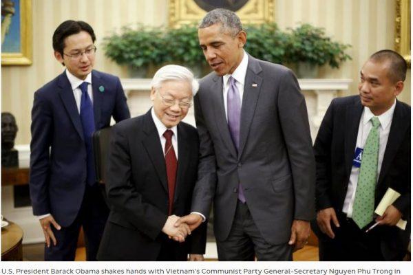 """Barack Obama et Nguyen Phu Trong, secrétaire général du Parti communiste vietnamien, en juillet 2015, dans le Bureau ovale de la Maison Blanche. A la veille de la venue du président américain, le Vietnam espère une levée définitive de l'embargo. Copie d'écran du """"Japan Times"""", le 12 mai 2016."""