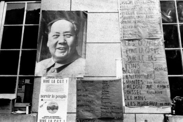 Photo prise à la Sorbonne, à Paris, le 18 mai 1968 : sur les affiches, un portrait de Mao Zedong et diverses informations sur les grèves avec occupation des usines chez Renault, Sud Aviation, Air France et Roclaine, pendant les événements de mai-juin 1968. (Crédit : AFP)