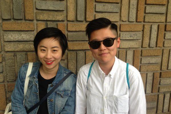 """Jeune couple de """"lala"""" (lesbiennes). Ici à Shanghai en mars 2016."""