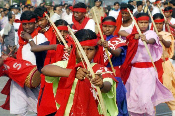 Des activistes du Parti communiste indien - maoïste (PCI-M) accomplissent une danse lors d'un rassemblement dans une rue de Calcutta le 15 décembre 2004.