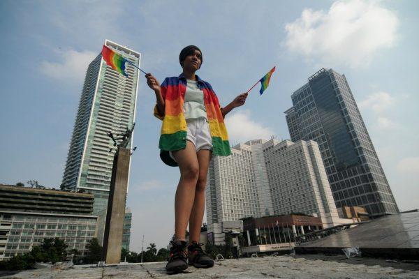 Le 17 mai 2016, un jeune manifestant pro-LGBT marche dans Jakarta à l'occasion de la journée internationale contre l'homophobie.