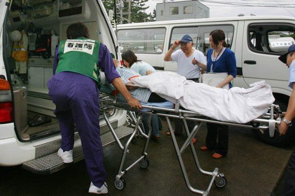 Une ambulance en action à Kashiwazaki (préfecture de Niigata) au Japon, le 17 juillet 2007.