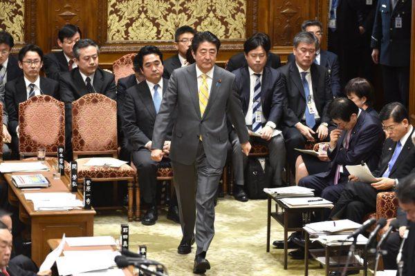 Le Premier ministre japonais Shino Abe arrive à la Diète pour une session du comité du budget le 3 février 2016.