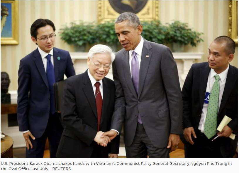 Barack Obama et Nguyen Phu Trong, secrétaire général du Parti communiste vietnamien, en juillet 2015, dans le Bureau ovale de la Maison Blanche. A la veille de la venue du président américain, le Vietnam espère une levée définitive de l'embargo. Copie d'écran de The Japan Times, le 12 mai 2016