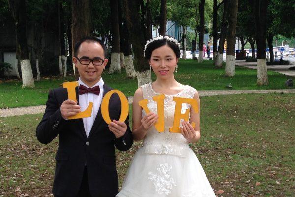 Jeunes mariés dans un parc de Chongqing en Chine, en avril 2016