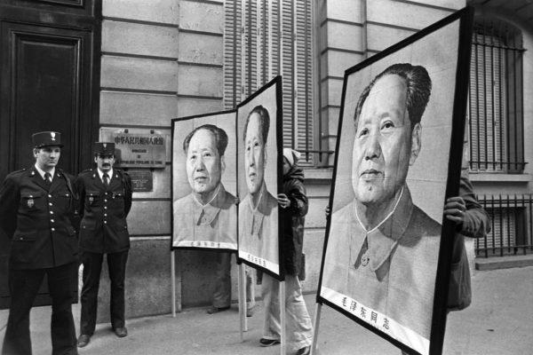 Portraits de Mao Zedong devant l'ambassade de Chine à Paris, le jour de sa mort, le 9 septembre 1976.