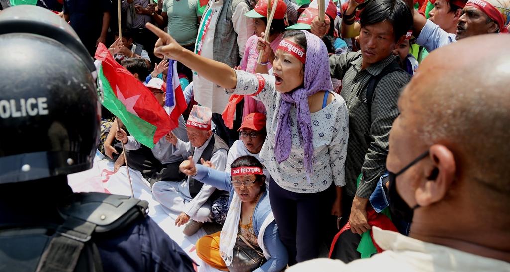 Des manifestants de l'Alliance Fédérale au Népal crient des slogans contre la nouvelle Constitution, accusée de discrimination envers les minorités ethniques, près de la résidence du Premier ministre népalais à Katmandou, le 17 mai 2016.