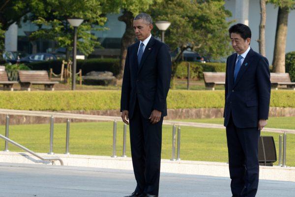 Le président américain Barack Obama et le Premier ministre japonais Shinzo Abe se recueillent devant le cénotaphe des victimes de la bombe A dans le parc du mémorial pour la paix de Hiroshima.