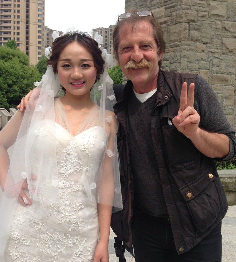Dorian Malovic et une jeune mariée dans un parc de Chongqing en avril 2016, à l'occasion de la traditionnelle séance de photos.