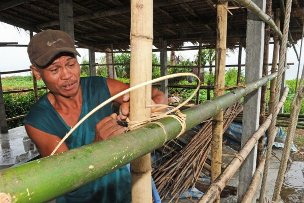 Un aborigène de la tribu Amei renforce son abri à l'approche du typhon Tembin près des côtes de Taitung, à l'est de Taïwan, le 23 août 2012.