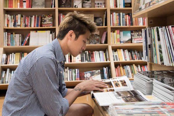 Jeune taïwanais en train de lire dans une bibliothèque