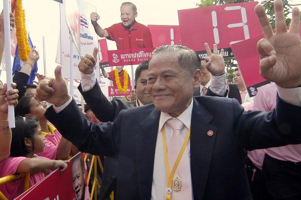 Dans ce cliché du 7 Novembre 2007 à Bangkok, l'ancien Premier ministre Banharn Silpa-archa est en plein bain de foule avec ses supporters après le dépôt de sa candidature aux élections législatives. Vétéran de la politique thaïlandaise, Banharn est mort le 23 avril 2016 à l'âge de 83 ans.