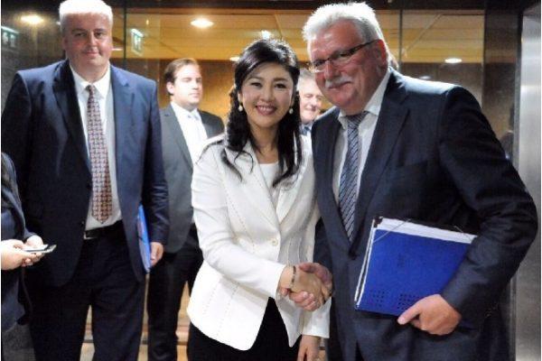 Mardi 17 mai à Bangkok : Werner Langen, le président de la délégation de parlementaires européens pour l'Asie du sud est, sert la main de l'ancienne Premier ministre Yingluck Shinawatra. Copie d'écran du KHAOSOD ENGLISH, le 19 mai 2016.