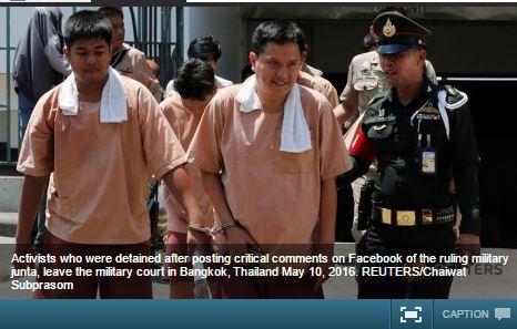 """Les activistes, arrêtés pour avoir critiqué le projet de Constitution sur Facebook, sortent de la cour de Justice militaire à Bangkok, le 10 mai 2016. Copie d'écran du """"Channel News Asia"""", le 11 mai 2016."""