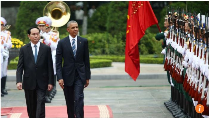 "Barack Obama et son homologue vietnamien Tran Dai Quang lors d'une cérémonie de bienvenue au Palais présidentiel de Hanoï. Copie d'écran du site ""The South China Morning Post"", le 23 mai 2016."