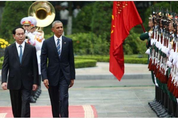 """Barack Obama et son homologue vietnamien Tran Dai Quang lors d'une cérémonie de bienvenue au Palais présidentiel de Hanoï. Copie d'écran du site """"The South China Morning Post"""", le 23 mai 2016."""