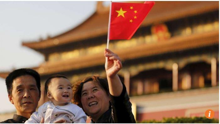 """En 2015, la Chine a autorisé les couples à avoir un second enfant. Mais cette mesure ne suffira pas pour éviter une crise démographique confirme le spécialiste Yi Fuxian. Copie d'écran du """"South China Morning Post"""", le 4 mai 2016."""