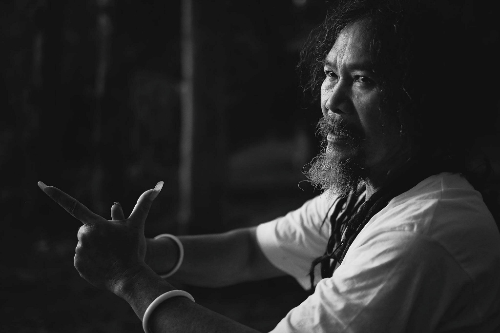 Le peintre indonésien Sony Santosa.