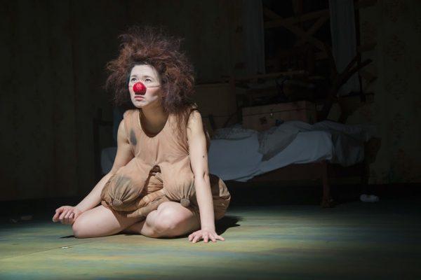 """La comédienne taïwanaise Huang Kai-lin, clown triste dans sa pièce """"Mamma Luna"""""""