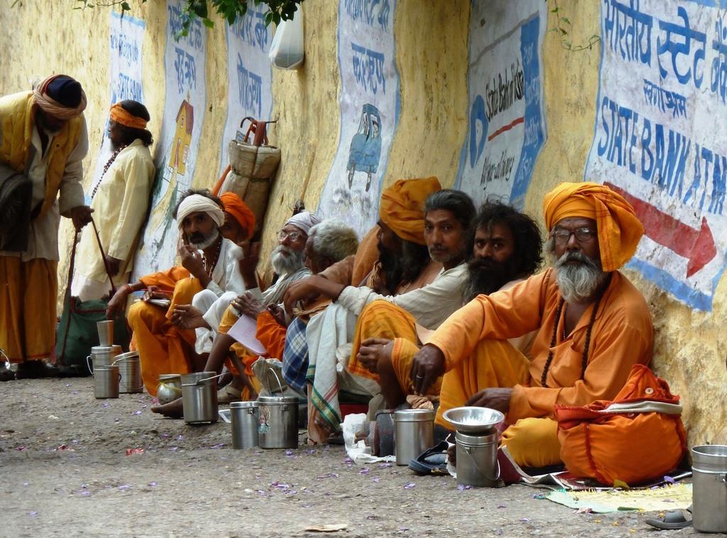 regroupements dans les lieux de pèlerinage comme ici la ville sainte de Rishikesh