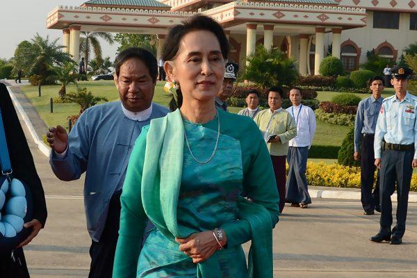 Nommée Conseillère d'Etat et ministre des Affaires étrangères le 30 mars 2016, Aung San Suu Kyi se prépare sur cette photo à faire sa première visite officielle, de l'aéroport de Naipyidaw en partance pour le Laos, le 6 mai 2016.