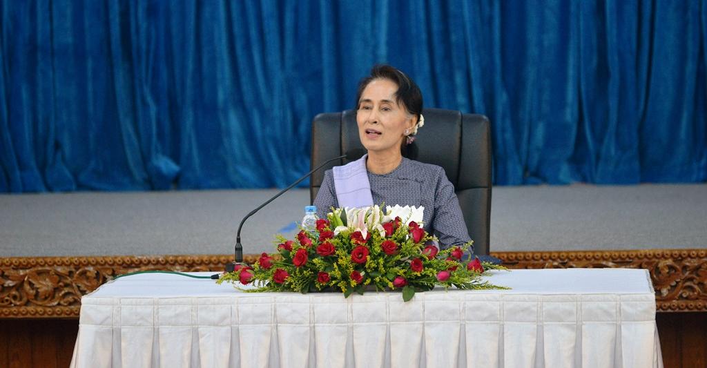 Aung San Suu Kyi, chef de la diplomatie birmane et Premier ministre de facto, rencontre les diplomates étrangers au ministère birman des Affaires étrangères à Naypidaw, le 22 avril 2016.