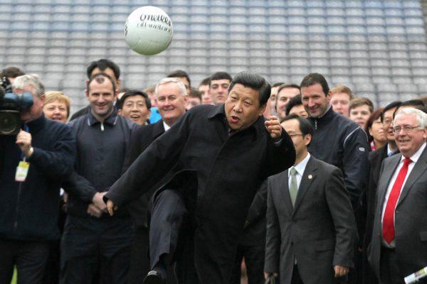Xi Jinping, lorsqu'il était encore vice-président de la Chine, en en pleine démonstration de football au Croke Park de Dublin, le 19 février 2012. Il poursuit une visite officielle de trois jours en Irlande.